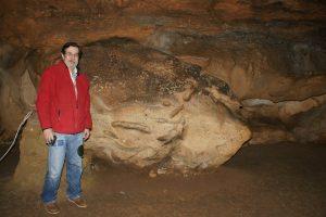 El profesor Ripoll en la Cueva de El Castillo, agosto 2016